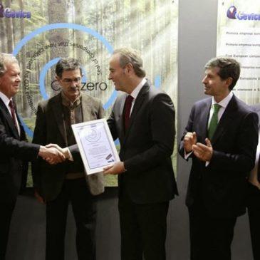 El President Fabra entrega el Sello CO2zero a CEVICA en la Feria Hábitat
